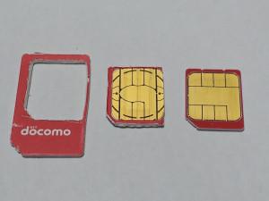 左から、切り抜いたフォーマSIMカード,切り取ったフォーマSIM,XI SIM