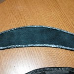 新しく作った革部材肩パットにボンド塗布