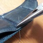 革は固いのでラジオペンチを使って縫うと便利