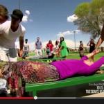 2.ベンチの上に寝かされて、別のギャラリーの人が手と足を思い切り引っ張ると・・・